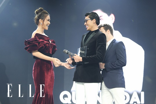Biểu cảm tinh nghịch của Quang Đại khi nhận giải thưởng từ Á hậu 2 Mâu Thủy. Ảnh: Đại Ngô Studio