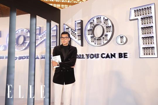 """Sau đó thì lịch lãm chụp hình với slogan của ELLE Style Awards: """"be all you can be"""". Ảnh: Đại Ngô Studio"""