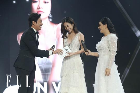 Jun Vũ tươi tắn nhận giải thưởng từ Kiều Minh Tuấn và Cát Phượng. Ảnh: Đại Ngô Studio