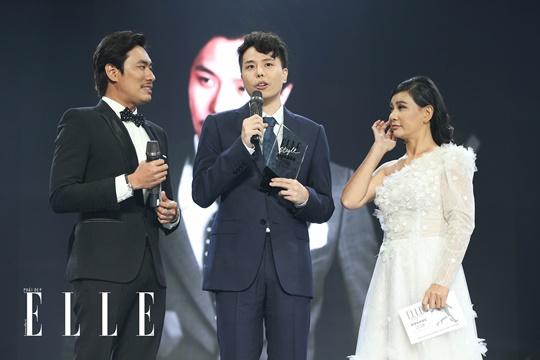 Trịnh Thăng Bình xúc động với giải thưởng đầu tiên trong sự nghiệp điện ảnh. Ảnh: Đại Ngô Studio