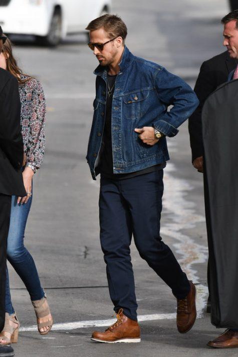 Ryan Gosling thường xuyên lựa chọn những kiểu áo khoác jeans khi dạo phố. Ảnh: Zimbio