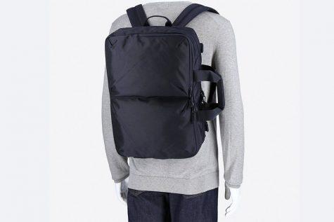 Thiết kế đơn giản với gam màu đen truyền thống chắc chắn sẽ là một lựa chọn hợp lý cho những chàng tria yêu thích sự đơn giản. Ảnh: Highsnobiety