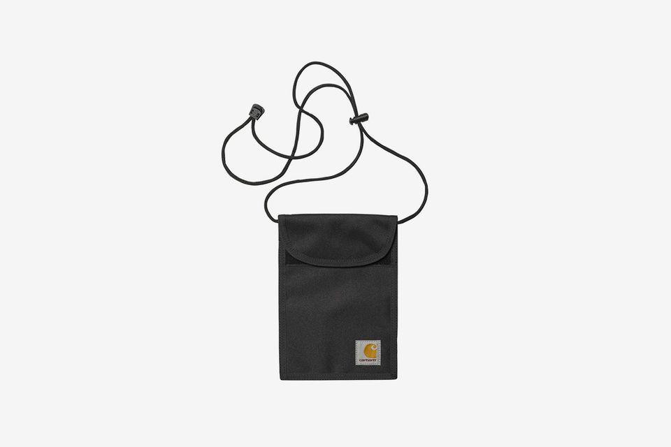 Mẫu túi đeo cổ truyền thống với tông màu đen dễ dàng kết hợp với nhiều quần áo. Ảnh: Highsnobiety