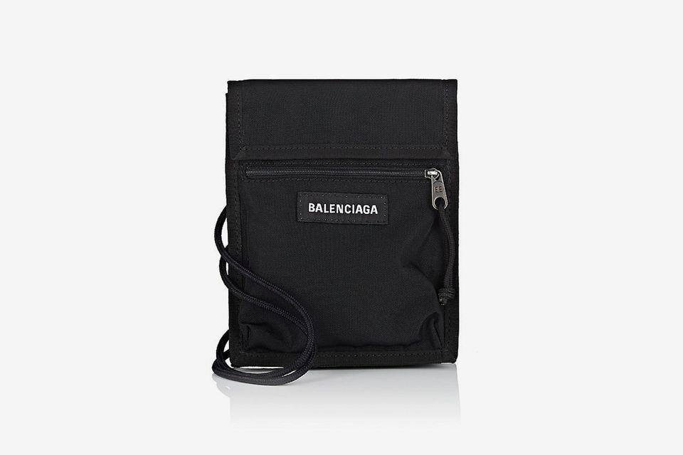Balenciaga cũng trình làn mẫu túi đeo cổ nam với mức giá vào khoảng 630$. Ảnh: Highsnobiety