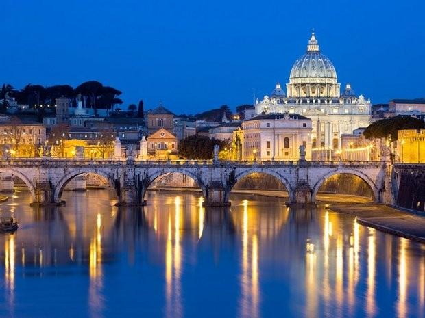 Nhà thờ St. Peter về đêm ở Rome là một trong những nơi thu hút nhiều du khách đến tham quan. Ảnh: Zing