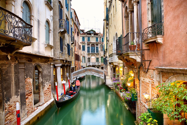 Những người chèo đò hát một bài ca không tên trong lòng thành phố chính là nét văn hóa độc đáo tạo nên dấu ấn cho Venice. Ảnh: Recommend Magazine