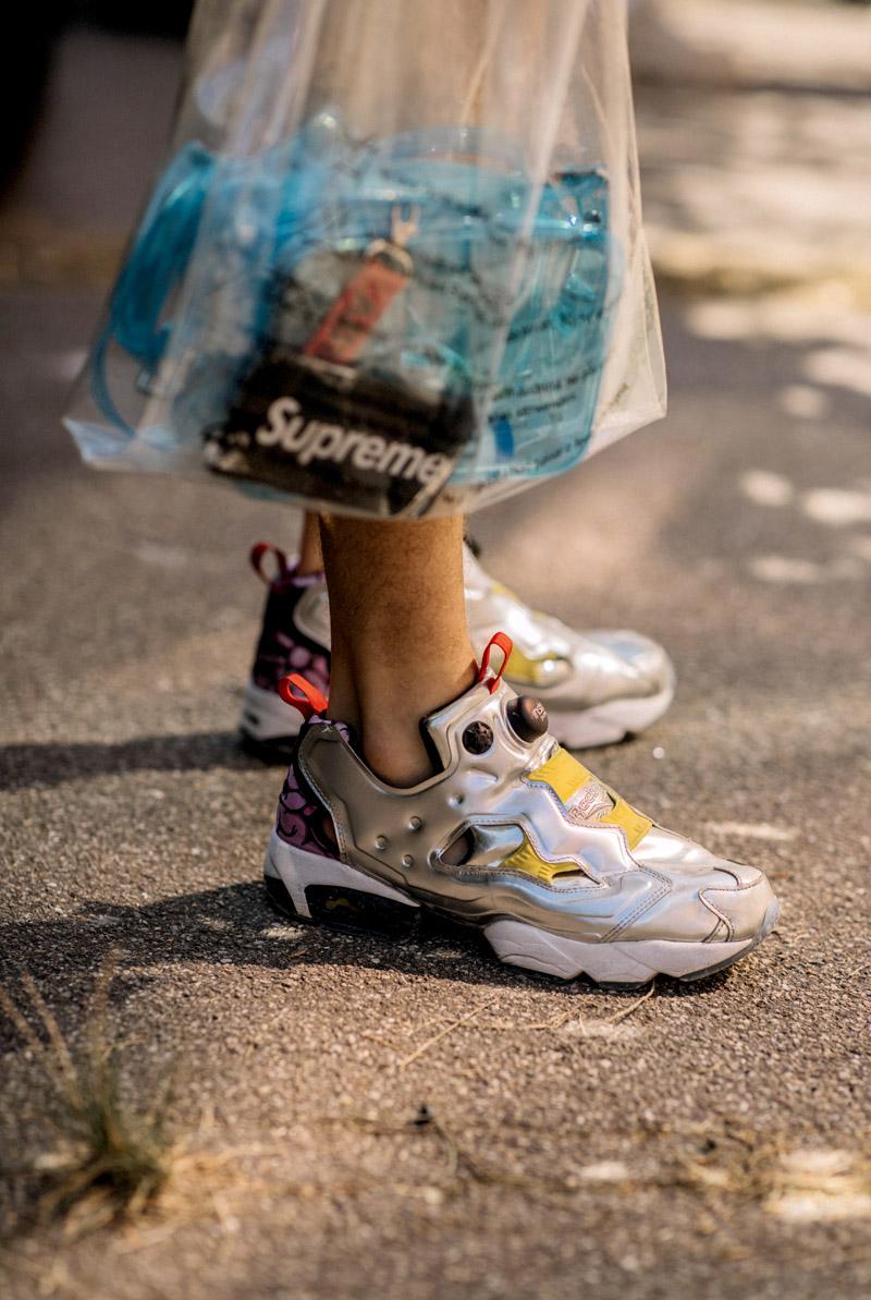 Sneaker màu xám mạnh mẽ gợi liên tưởng đến những đôi giày robot cực ngầu. Ảnh: Asia Typek