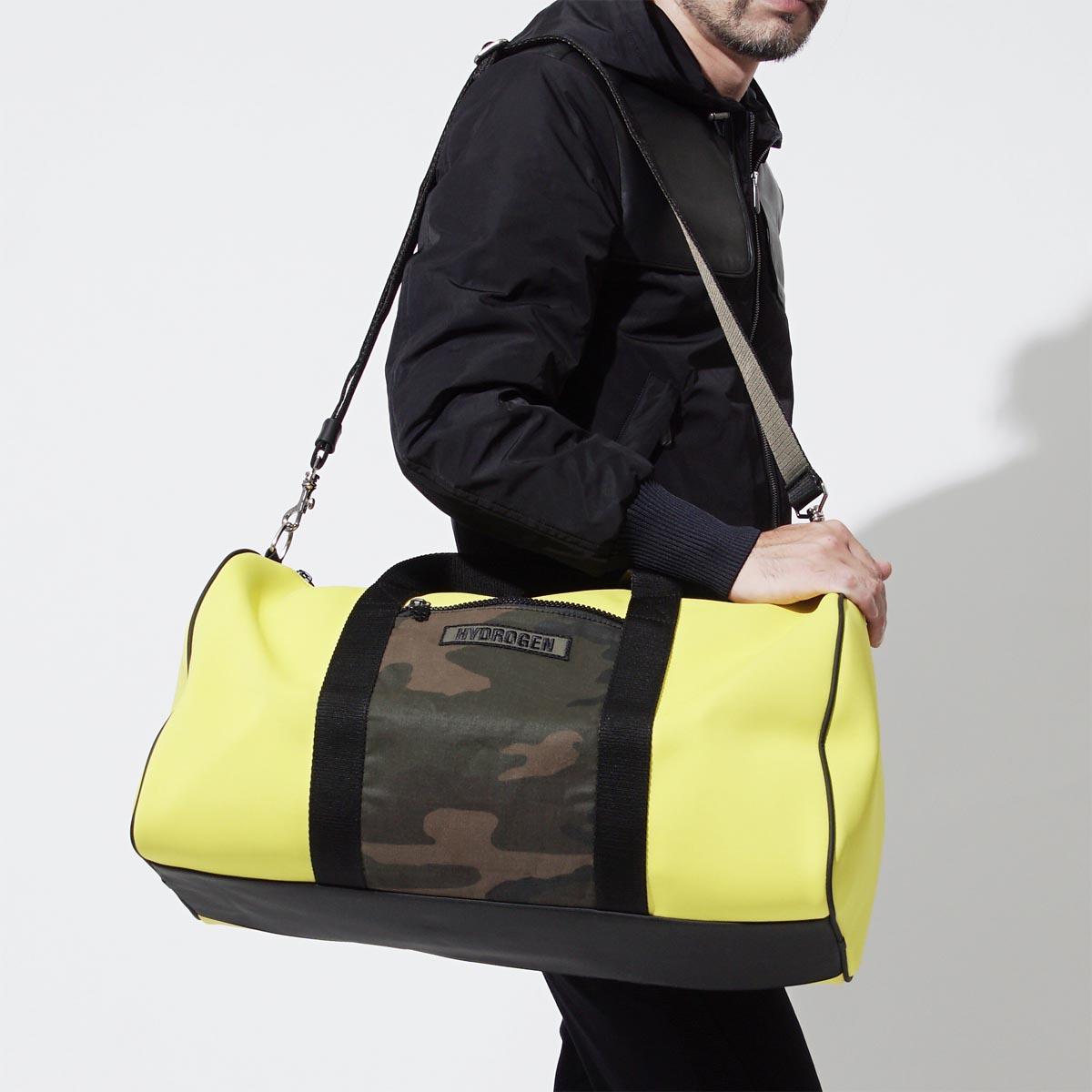 Nếu chọn chiếc túi màu sáng thì hãy tiết chế quần áo tập gym của bạn với gam màu đen hoặc xám. Ảnh: Rakuten