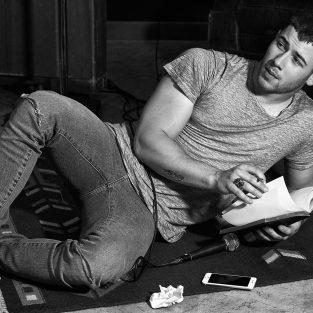 Giải mã phong cách thời trang độc đáo của Nick Jonas