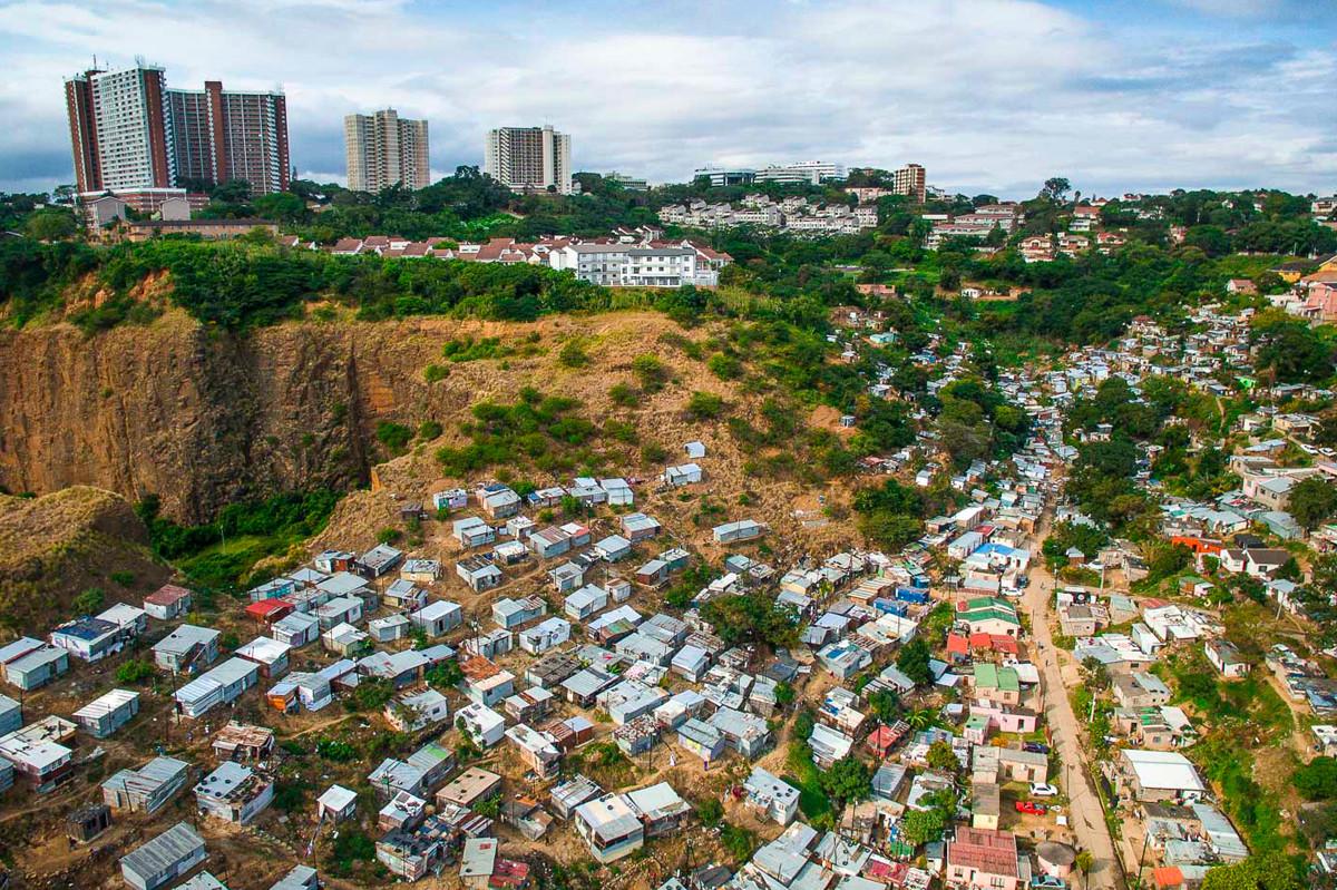 Một thị trấn nhỏ ở Durban, Nam Phi đang phải chống chọi với nguy cơ sạt lở và cuộc sống khó khăn trong khi trước mặt họ là những tòa nhà chọc trời. Ảnh: Johnny Miller