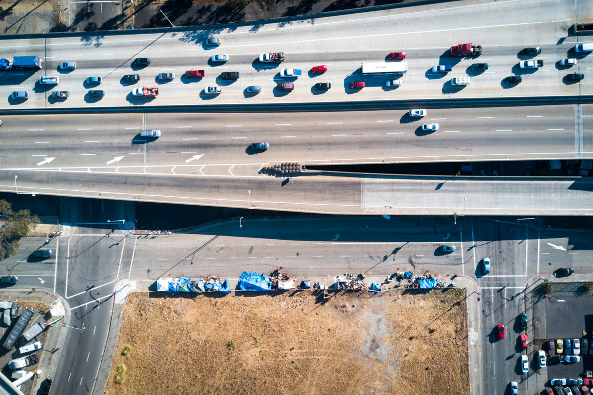 Bên kia tuyến đường cao tốc ở Oakland, California là những chiếc siêu xe trong khi phía ngược lại là hình ảnh trơ trọi và thưa thớt. Ảnh: Johnny Miller