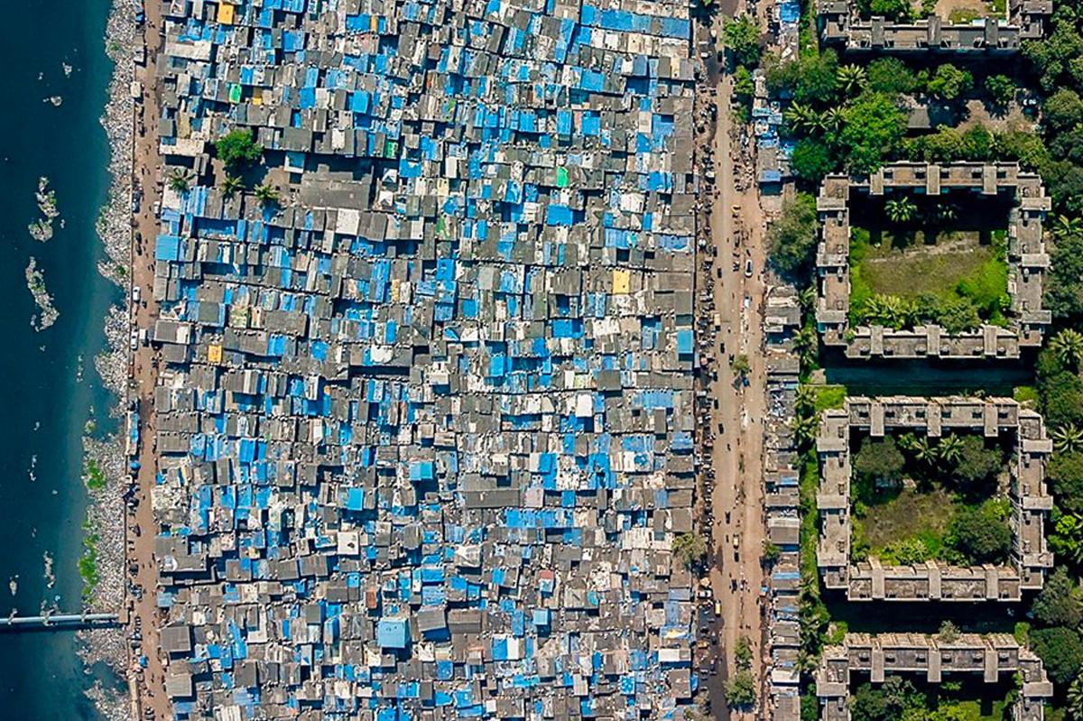 Bức ảnh chụp từ trên cao của thành phố đông dân nhất ở Ấn Độ, Mumbai. Dù vốn được xem là nơi phát triển rực rỡ nhưng quốc gia Nam Á này. Ảnh: Johnny Miller