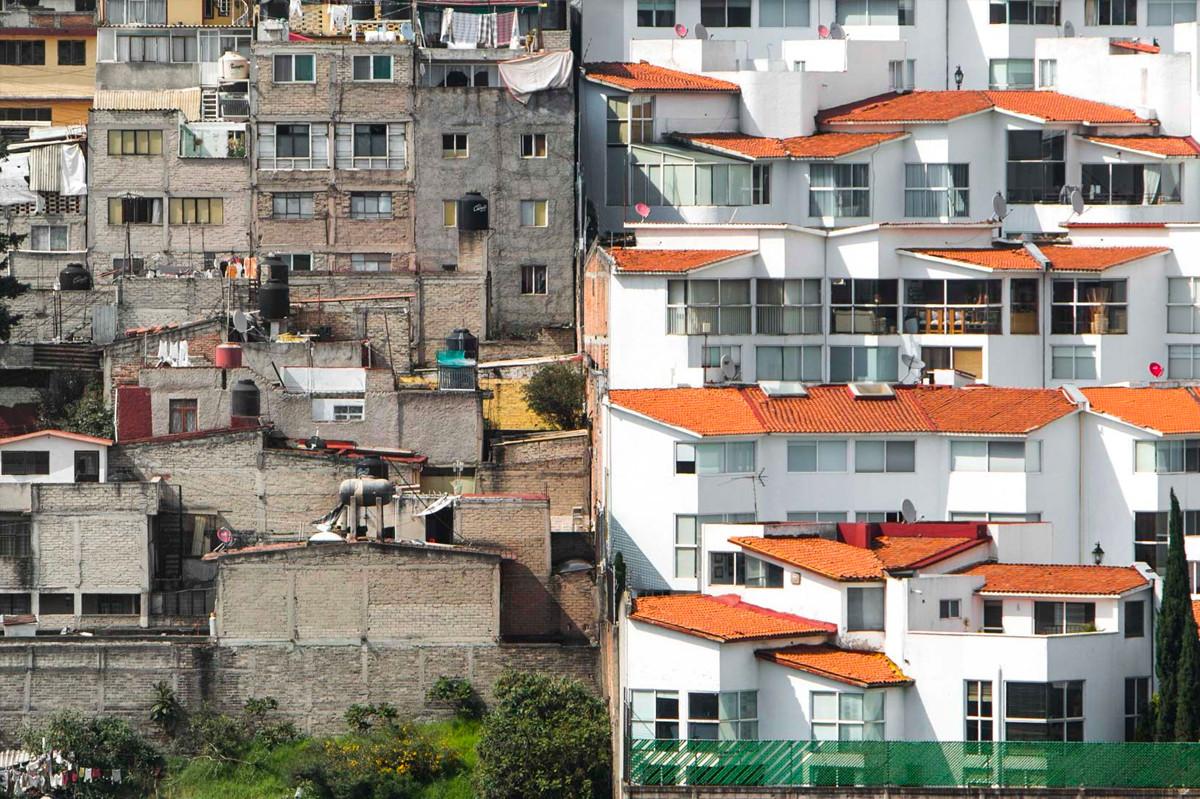 Không riêng gì ở Mexico City mà ở nhiều nơi trên thế giới chúng ta vẫn có thể thấy được sự cách biệt giàu-nghèo ở những ngôi nhà liền kề nhau. Ảnh: Johnny Miller