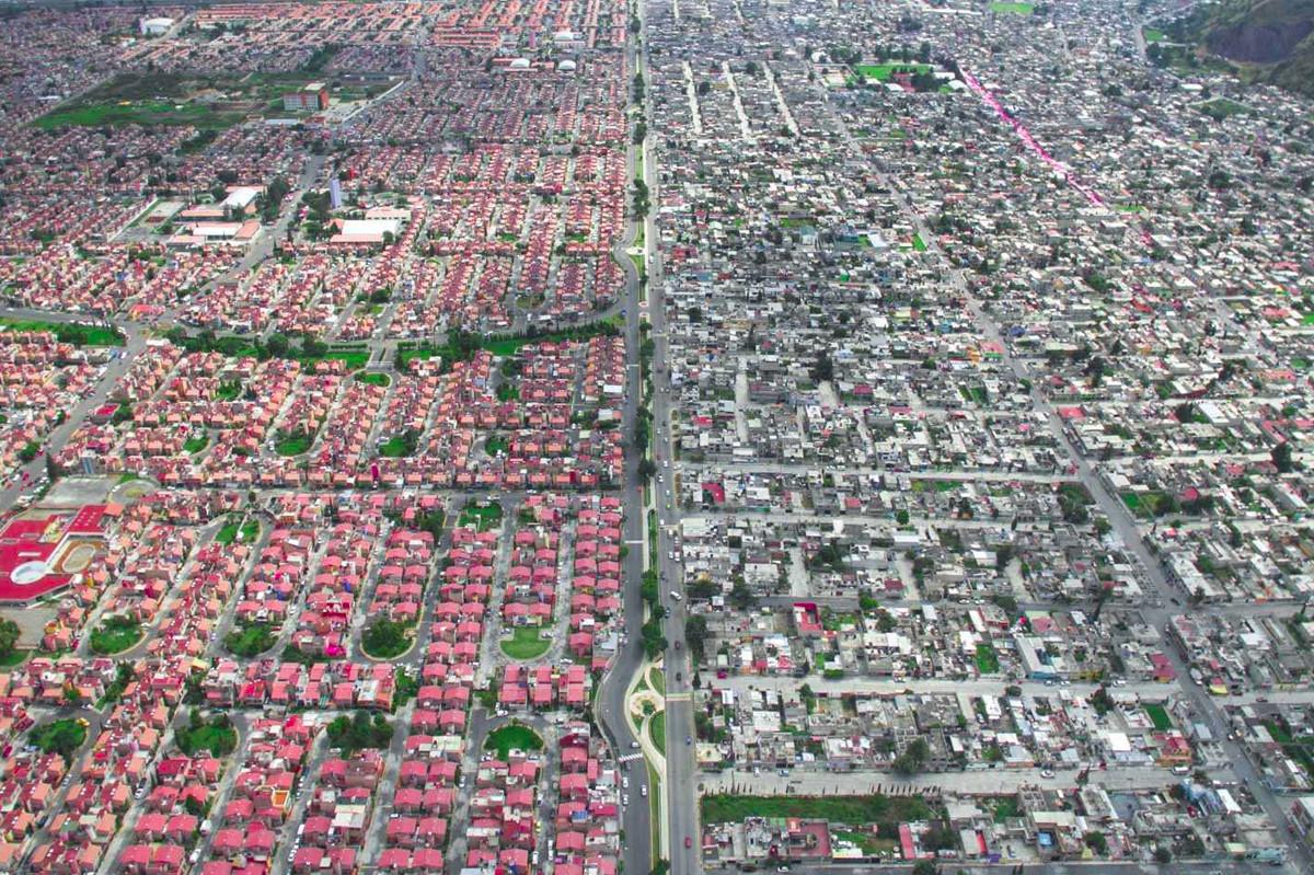 Hay sự hoa lệ của hàng loạt ngôi nhà với mái ngói màu hồng rực rỡ trái ngược với phần ngược lại của thành phố Mexico khiến nhiều người nhận thức rõ về tình trạng cách biệt giàu-nghèo. Ảnh: Johnny Miller
