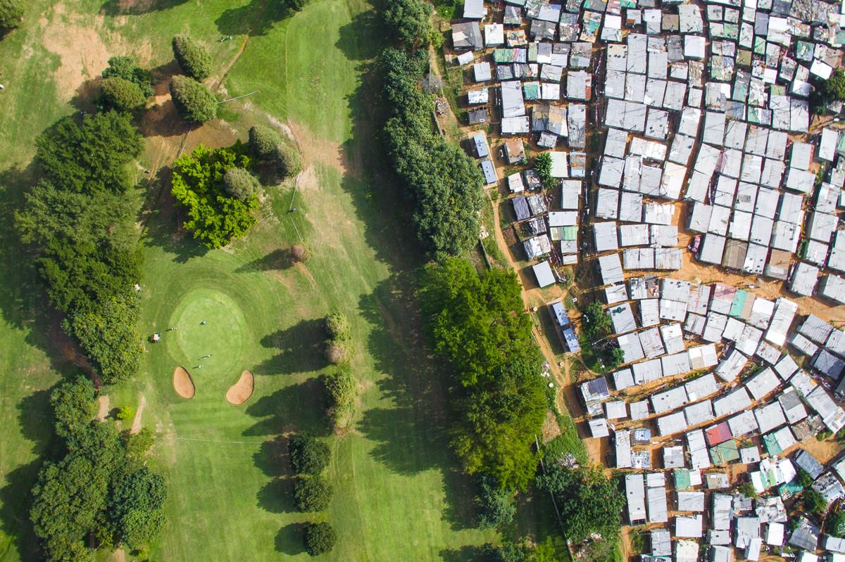 Trong khi nhiều người đang phải vất vả với cuộc mưu sinh thì ở phía ngược lại là sân golf Papwa Sewgolum chỉ dành cho giới quý tộc ở Nam Phi. Ảnh: Johnny Miller