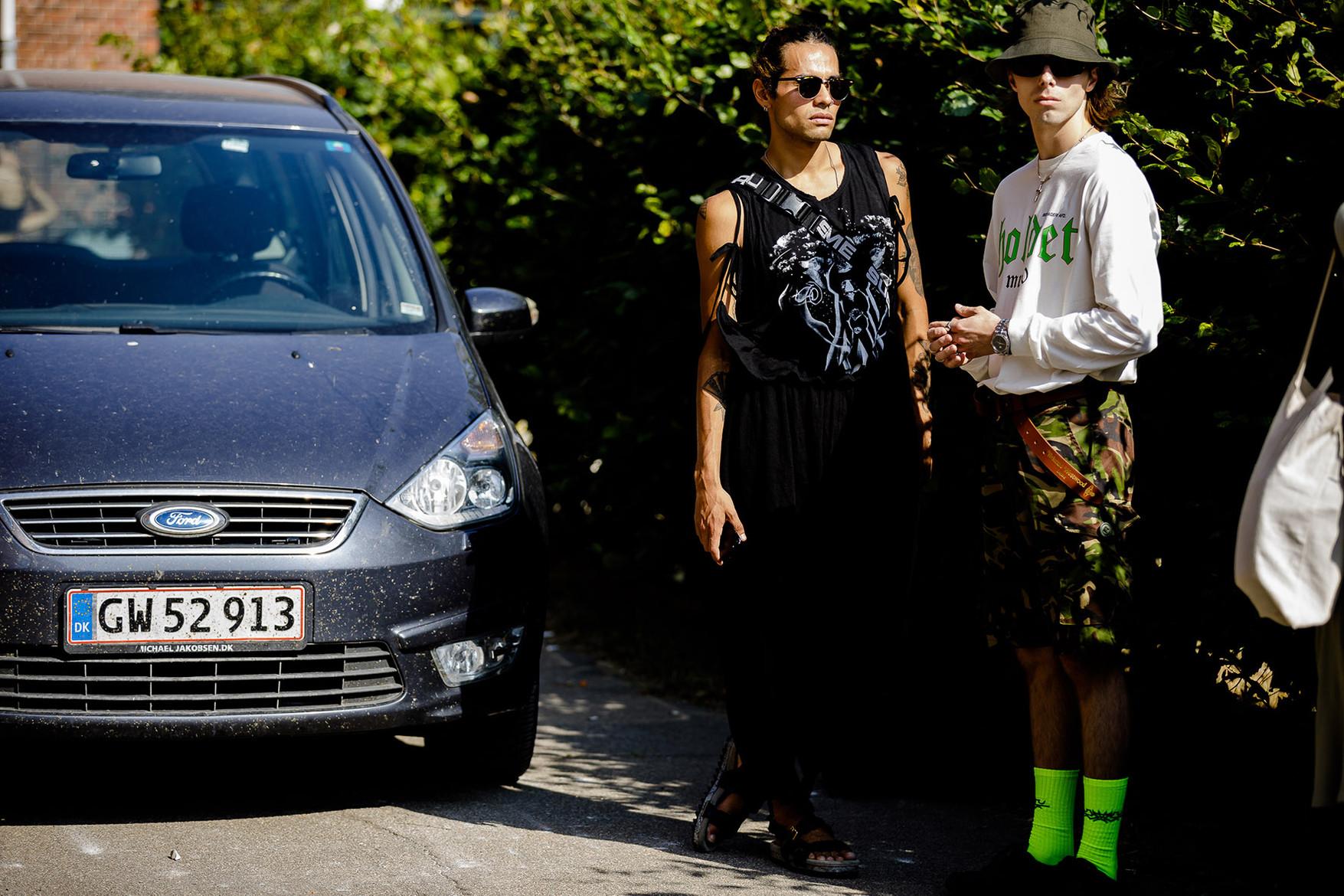 Chiếc vớ màu xanh neon nổi bật trên đường phố Copenhagen. Ảnh: Jack Stanley