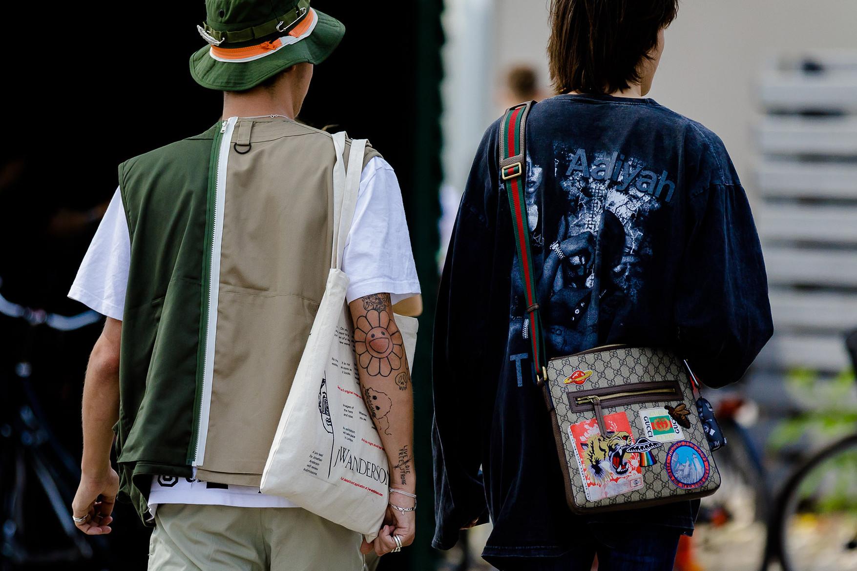 Những chàng trai giờ đây cũng quan tâm đến sử dụng túi xách như một phụ kiện không thể thiếu. Ảnh: Jack Stanley