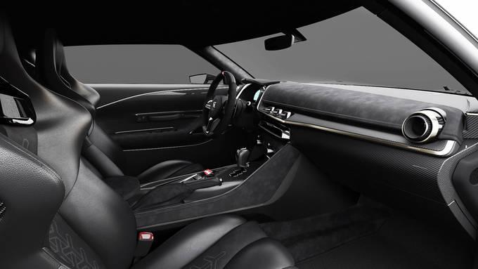 Nội thất được trang trí với màu đen chủ đạo cùng phần da Alcantara ở ghế và vô lăng tăng thêm sự sang trọng. Ảnh: Motor 1