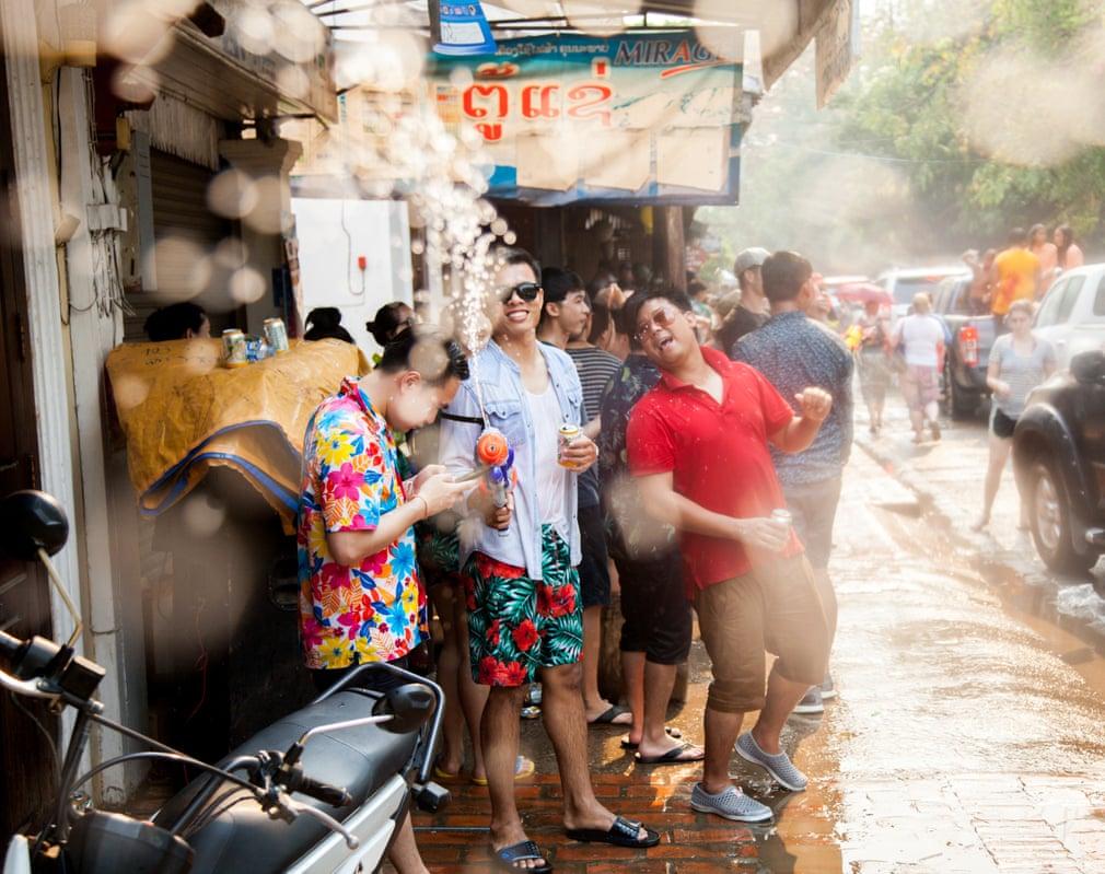 Bức ảnh du lịch ấn tượng nhất tháng tám ghi lại khoảnh khắc năm mới của những người dân Lào. Nụ cười rạng rỡ cùng những làn nước trắng xóa tạo nên điểm sáng khiến khung cảnh trở nên lung linh hơn rất nhiều. Ảnh: Alan King (hạng 1)
