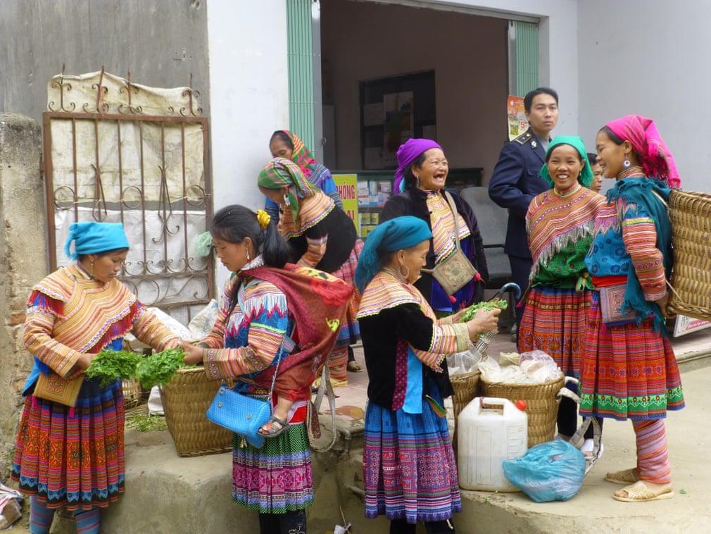Một du khách nước ngoài đã chụp lại phiên chợ Bắc Hà vào một sáng chủ nhật của những người phụ nữ H'mông ở Sapa. Dưới ống kính vị khách này, phụ nữ Việt Nam hiện lên tự nhiên và đầy sức sống cùng những nụ cười rạng rỡ giữa núi rừng. Ảnh: Graham Gittins