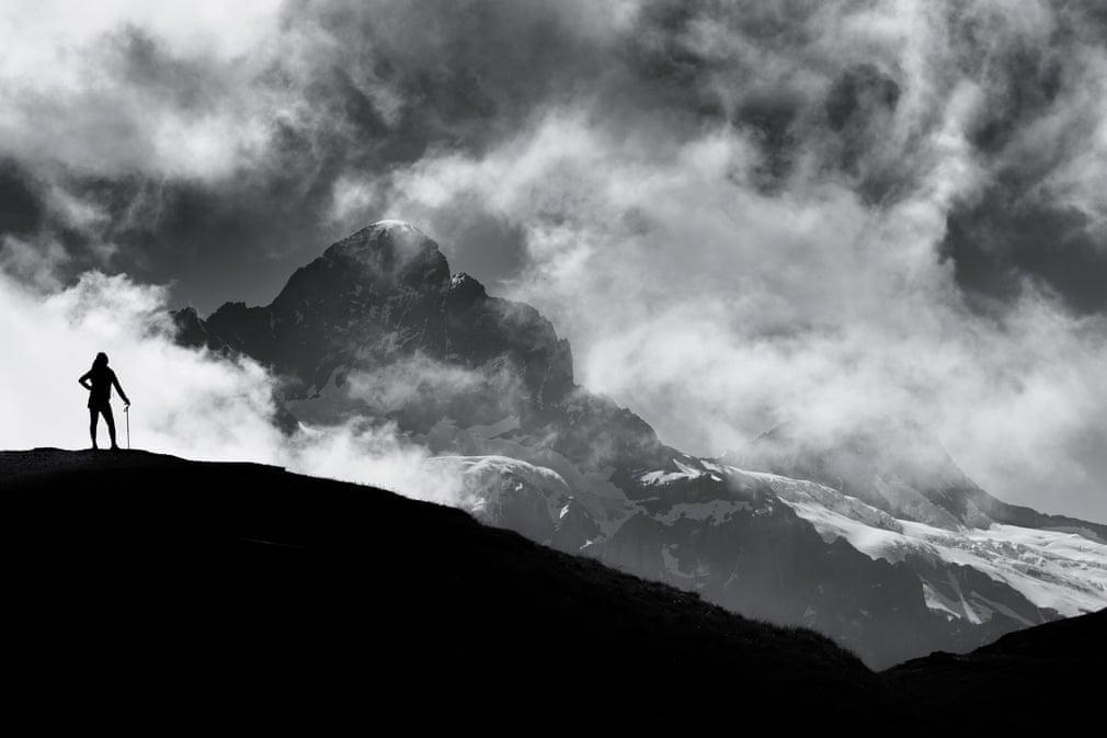 """""""Vào một buổi sáng sớm khi đi bộ đến Hồ Bachalpsee, Thụy Sĩ, tôi thấy bóng của mộtngười phụ nữ đang ngắm nhìn quang cảnh núi non"""", độc giả Ian Webb chia sẻ. Ảnh: Ian Webb"""