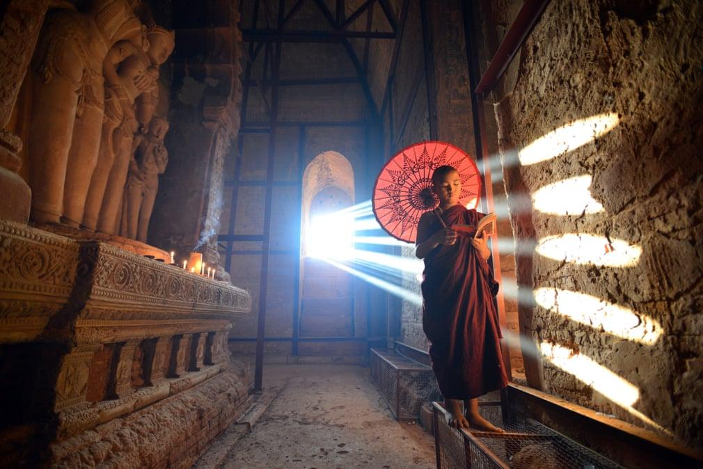 Một vị thầy tu trẻ tuổi ở Bagan, Myanmar, nơi có hơn 2.200 ngôi chùa Phật giáo tồn tại. Những tia nắng đầu ngày xuyên qua cửa sổ cùng hình ảnh chiếc dù gợi lên cảm giác ma mị nhưng vẫn vô cùng nên thơ. Ảnh: Krzysztof Madej