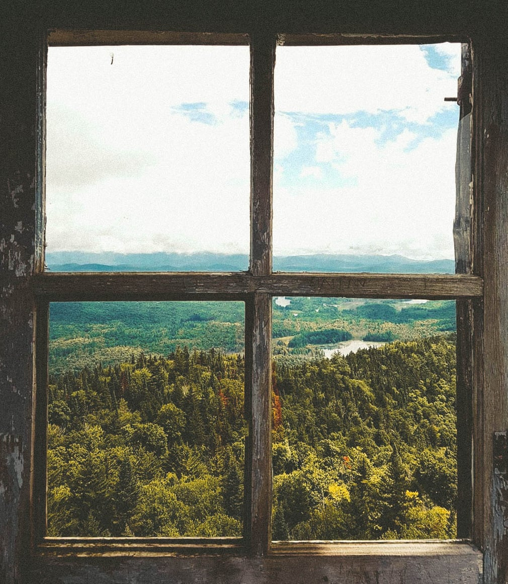 Ô cửa sổ vuông vắn nhìn ra khung cảnh dãy núi Adirondack, thành phố New York. Khu rừng lá kim mướt mắt cùng bầu trời xanh thẳm mở ra không gian ngập tràn cảm xúc. Ảnh: Dominique Drinnan