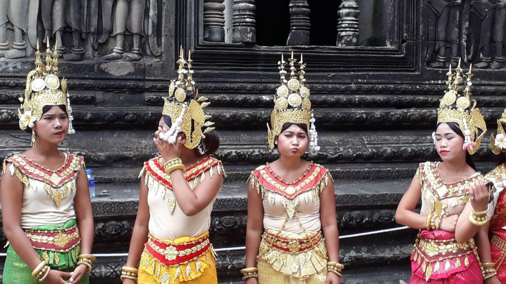 Một cái nhìn khác biệt về những người phụ nữ ở đền Angkor Wat, Cam pu chia. Họ hiện lên tự nhiên với nhiều biểu cảm khác nhau chứ không đơn thuần chỉ là những nụ cười vô hồn. Ảnh: Paula Parker