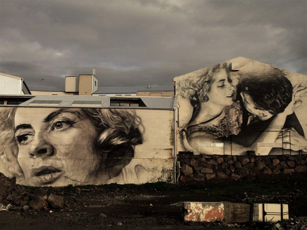 Bức ảnh với tông màu xám chủ đạo được xây dựng trên một khung cảnh đổ nát tại Reykjavík, thủ đô Iceland. Bức ảnh diễn tả sự đối lập giữa đau khổ và hạnh phúc, giữa thanh xuân và tuổi già chỉ cách nhau bằng một đường kẻ mỏng manh. Ảnh: Craig Fox (hạng 3)
