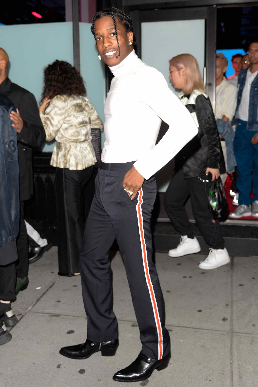 Chàng rapper A$AP Rocky xuất hiện với phong cách pha lẫn nét đường phố bụi bặm pha lẫn sự thanh lịch trong thiết kế của Calvin Klein 205W39NYC. Ảnh: GQ
