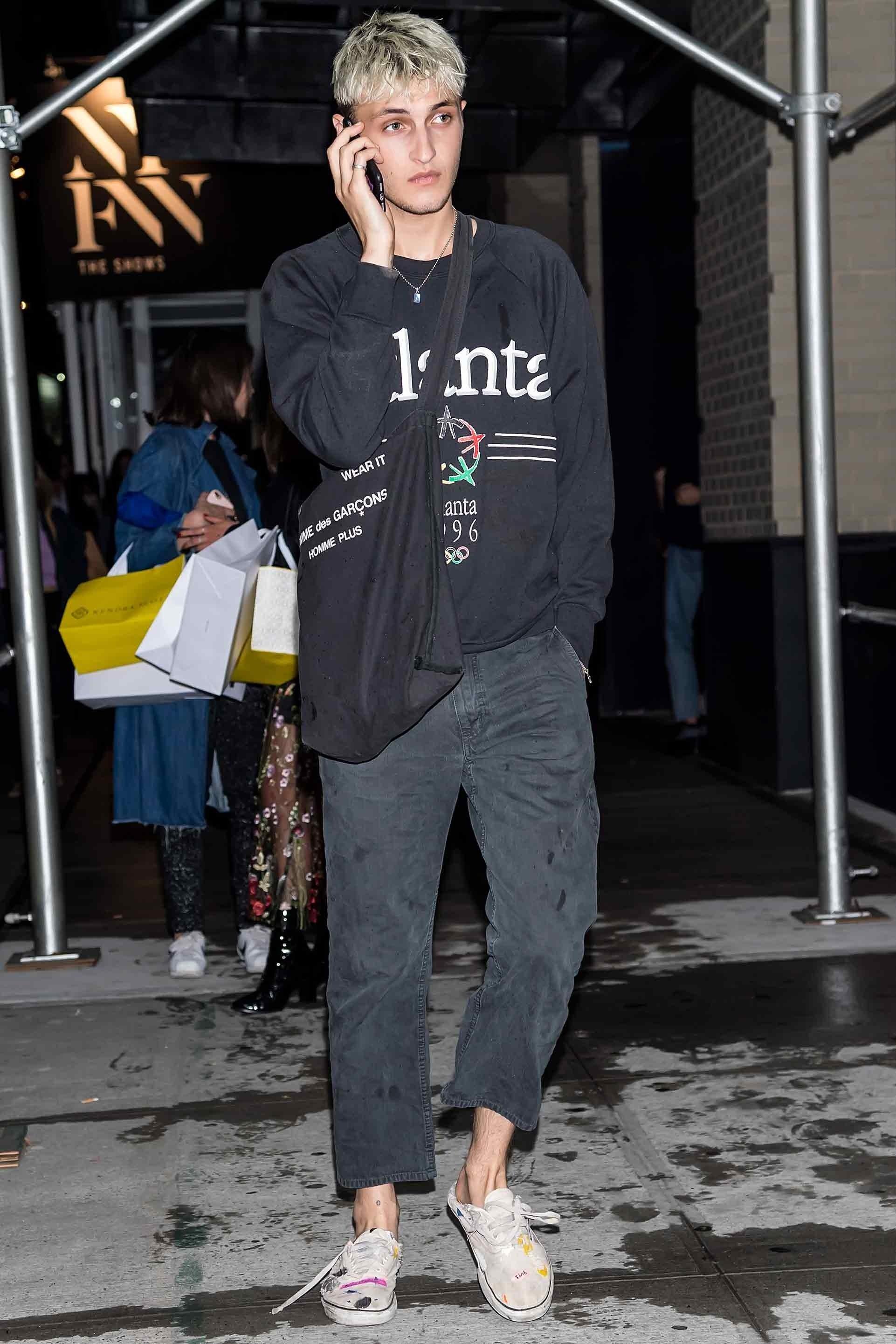 Phong cách bụi bặm của chàng người mẫu điển trai Anwar Hadid tạo ấn tượng với tông màu đen chủ đạo. Ảnh: GQ