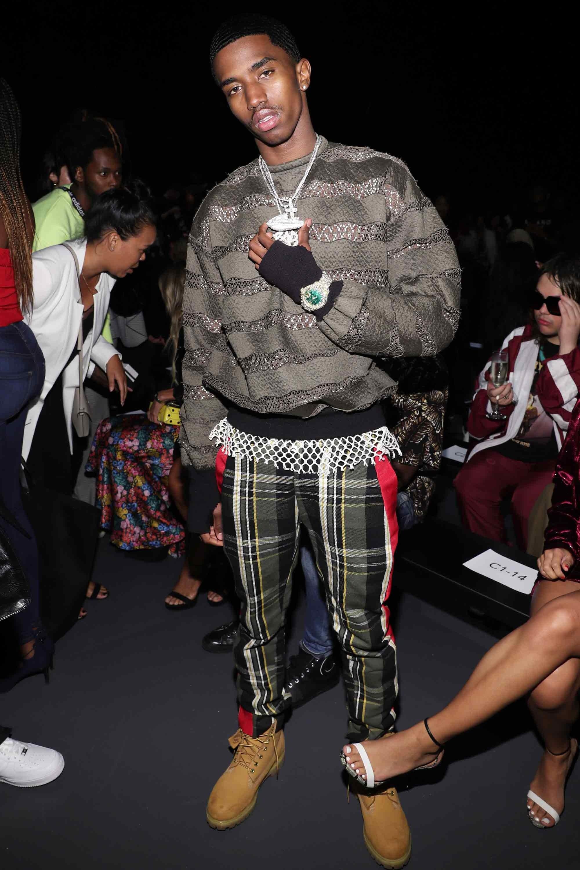 Bộ out fit ấn tượng của Christian Combs được tạo nên từ việc kết hợp áo sweater cùng quần kẻ sọc và đôi boots màu caramel bắt mắt. Bên cạnh đó chiếc đồng hồ được lồng ghép khéo léo lên bao tay đen khiến anh chàng thêm phần nổi bật và cá tính. Ảnh: GQ