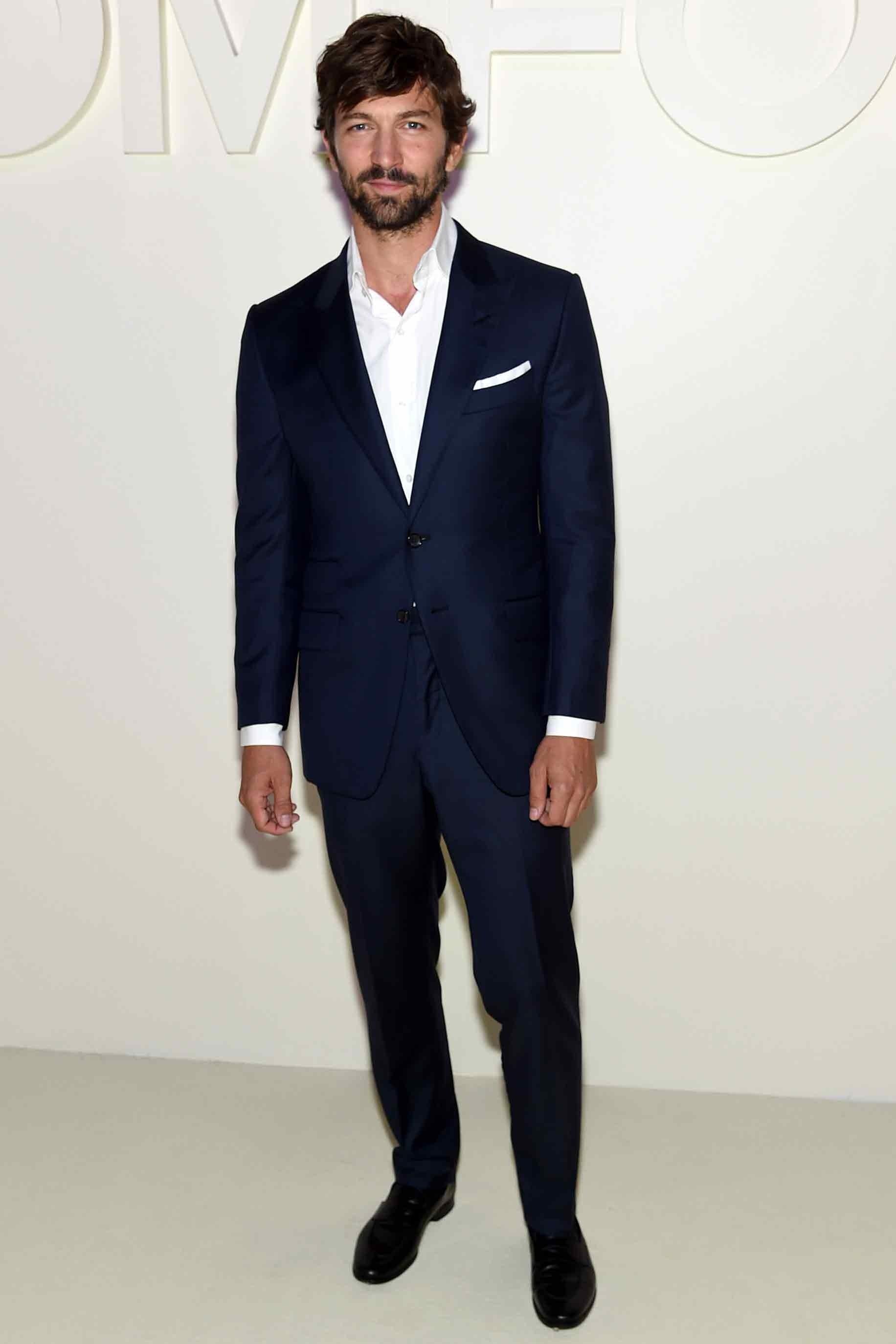 Chàng diễn viên gốc Hà Lan Michiel Huisman thanh lịch với bộ suit màu xanh navy trong show diễn của nhà Tom Ford. Ảnh: GQ