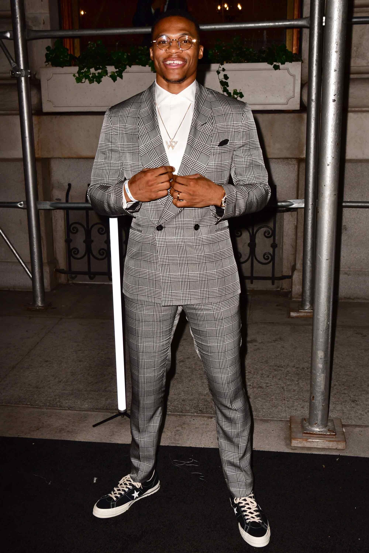 Trong đêm kỷ niệm 50 thành lập thương hiệu Ralph Lauren, chàng cầu thủ bóng rổ Russell Westbrook năng động với phong cách smart-casual cùng khi phối suit xám màu và giày vans old skool. Ảnh: GQ