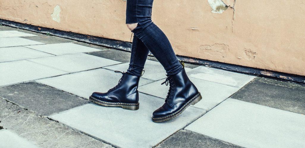 Đôi bốt da bóng đen cổ điển của Dr. Martens - Ảnh: Fashion Jerseys