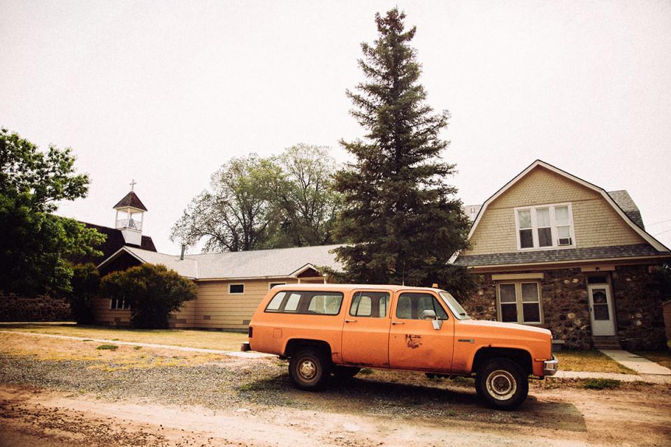 Chiếc xe màu cam cổ điển nổi bật giữa không gian trầm lắng của ngôi nhà cổ. Ảnh: André Josselin