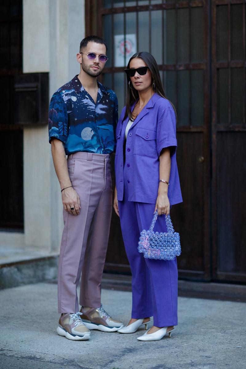 Vẫn là sơ mi quần khaki và sneaker nhưng cách tạo sự tương quan về màu sắc tạo đã tạo nên điểm nhìn ấn tượng và mới mẻ. Ảnh: IMAXTREE