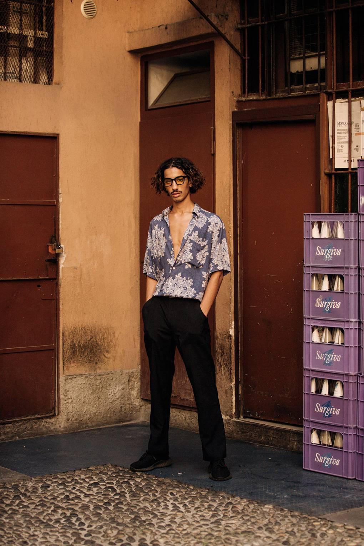 Áo sơ mi họa tiết cổ điển hòa trộn với phong cách hiện đại của giày Yeezy tạo điểm nhấn thời trang đường phố độc đáo. Ảnh: IMAXTREE