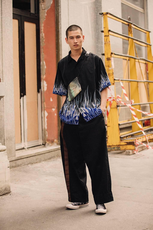 Họa tiết Small Flame (ngọn lửa nhỏ) màu xanh được độc đáo đi cùng với quần oversized và giày converse biểu trưng mạnh mẽ cho quần áo streetwear. Ảnh: IMAXTREE