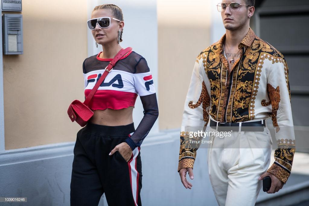 Chiếc áo Versace cùng họa tiết baroque vương giả kết hợp với quần khaki mang đến cái nhìn thanh lich vương giả. Ảnh: Getty Images