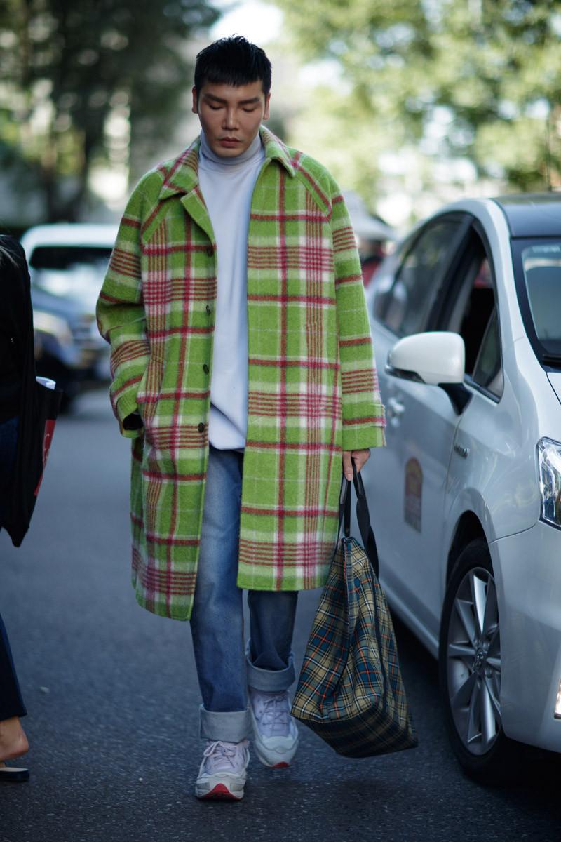 """Khác với gam màu camel trầm lắng của London, sắc xanh nổi bật trên chiếc áo khoác trench coat hứa hẹn sẽ bùng nổ trong mùa Xuân năm sau cùng với sự """"tiếp tay"""" của ông lớn Gucci. Ảnh: IMAXTREE"""