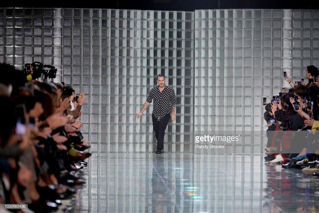 Marc Jacobs xin lỗi người hâm mộ vì trình diễn trễ gần 90 phút vào ngày cuối cùng Tuần lễ thời trang New York.