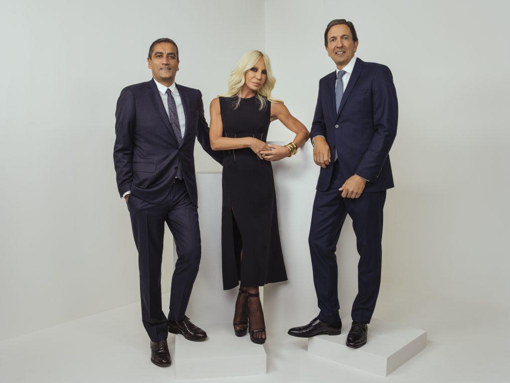 Johnathan Akeroyd, Donatella Versace và John Idol sau thông báo sát nhập giữa hai hãng thời trang. (Ảnh: Rahi Rezvani)