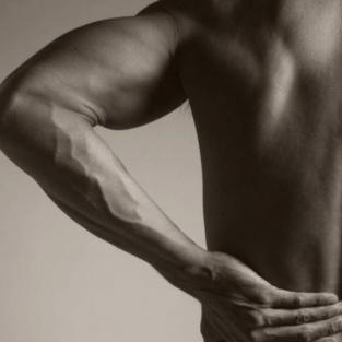 3 cách trị đau lưng tại công sở, ở nhà và phòng tập cho cánh đàn ông