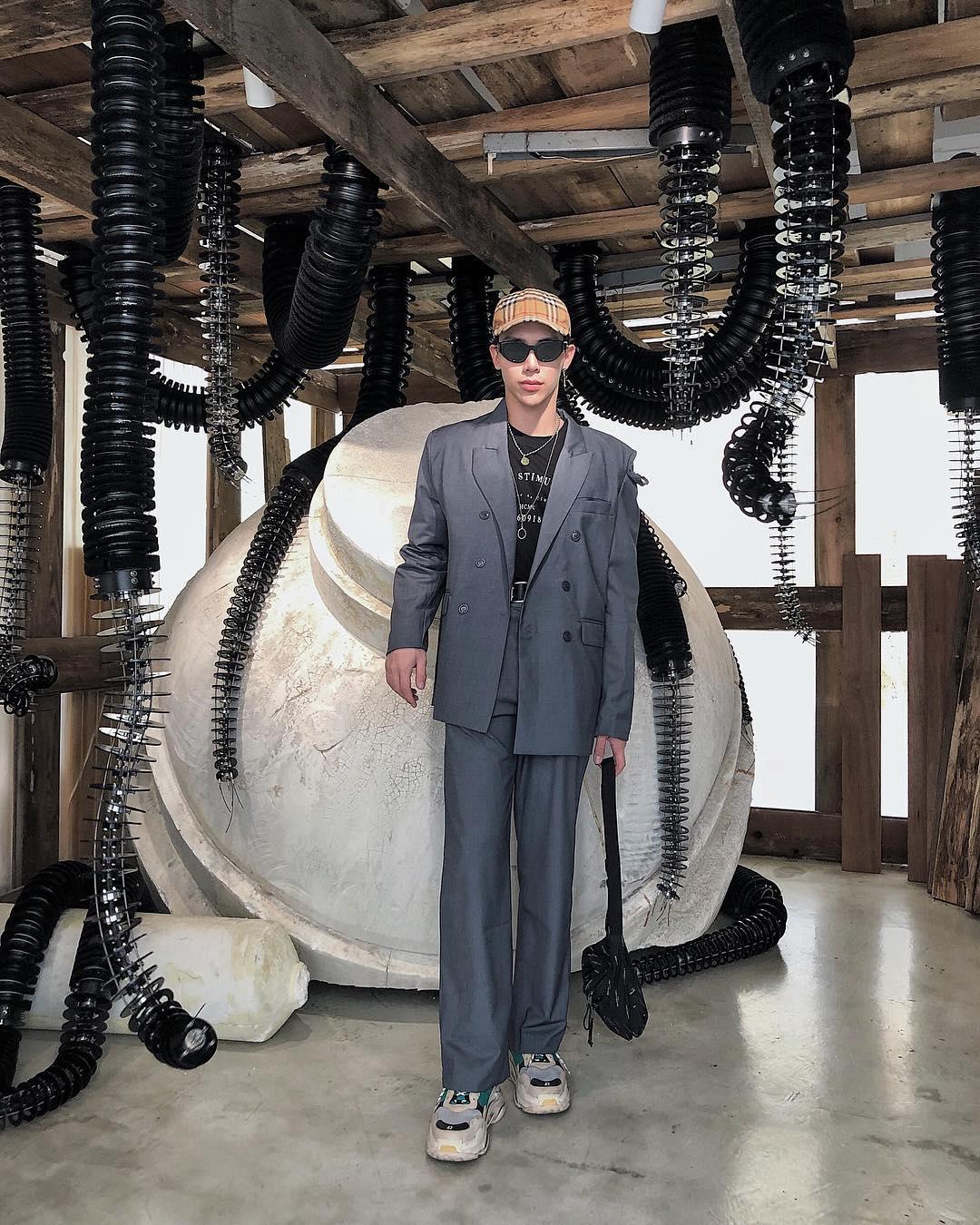 Lần đầu tiên xuất hiện trong danh sách thời trang sao nam nổi bật của ELLE Man, Erik vẫn tạo được phong cách riêng với sự pha lẫn độc đáo giữa suit và văn hóa streetwear. Ảnh: Instagram @erikthanh_