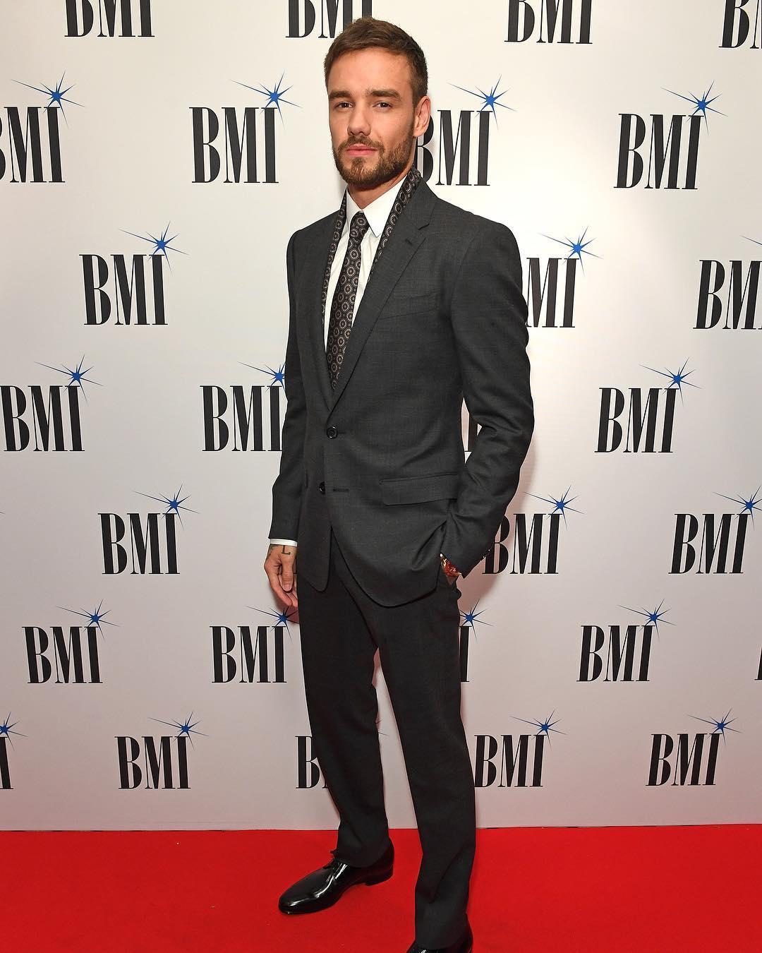 Tuy không quá nổi bật nhưng bộ suit vẫn tôn lên dáng điệu thanh lịch cho Liam tại một sự kiện quan trọng. Ảnh: Instagram @bmi