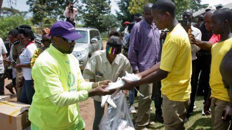 Kanye West tặng từ thiện hàng loạt giày Yeezy Boost 350 V2 cho trẻ em Uganda