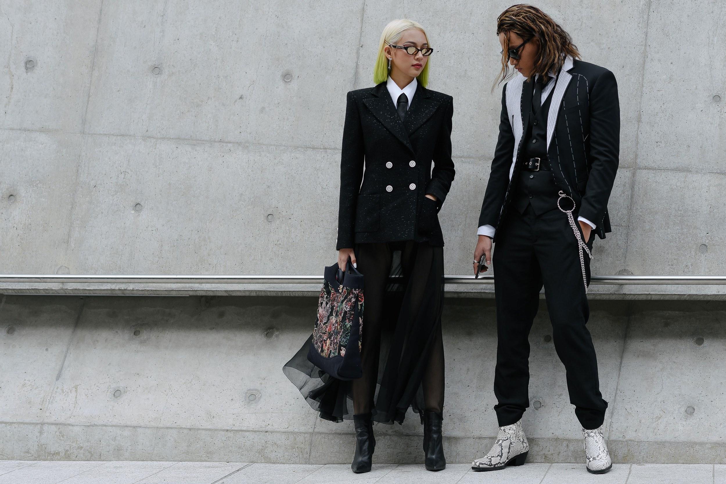 """Phí Phương Anh cùng stylist Kenshj Phạm với trang phục """"full"""" đen ấn tượng. Ảnh: Alex Finch"""