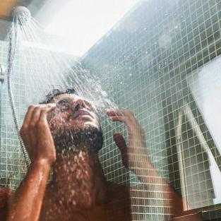 Tắm rửa bằng vòi hoa sen, nguy nhiều hơn lợi?