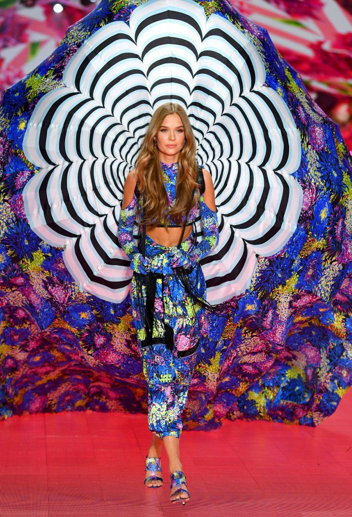 Thiên thần Josephine Skriver mở màn trong BST Victoria's Secret x Mary Katrantzou. Ảnh: Routine Daily